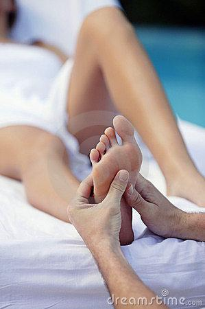 jeune-femme-et-massage-de-pied-9074240.j