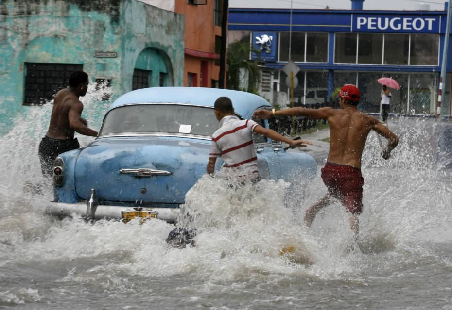 1-cubans-run-through-the-flooded-streets-to-chase-after-a-vintage-car-in-havana_420.jpg